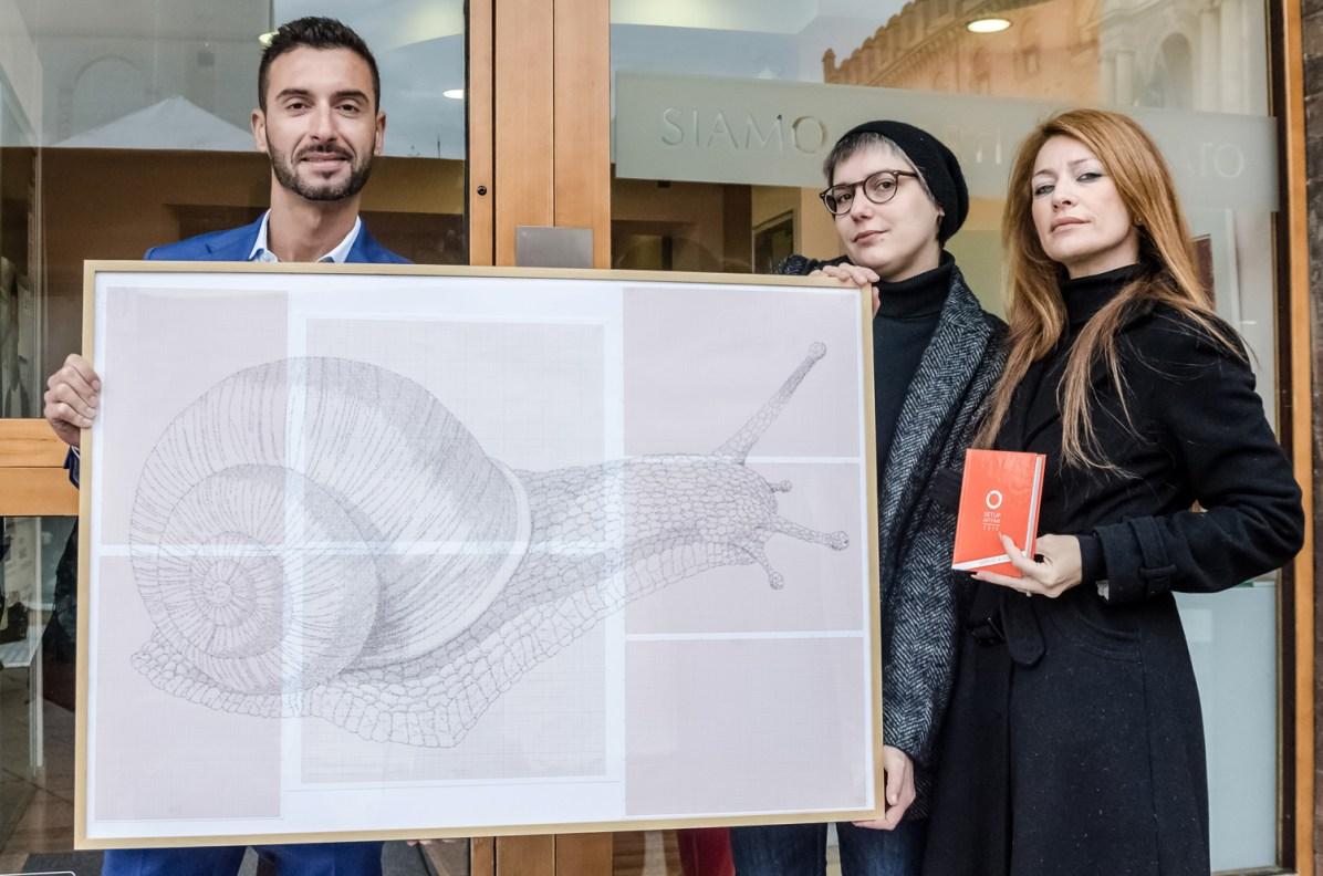 Marco Gattuso, Alessandra Maio, Simona Gavioli con l'opera LUMACA - ph.Stefano Liberatore
