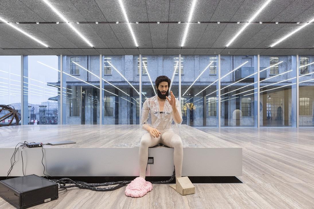 Goshka Macuga To the Son of Man Who Ate the Scroll, 2016 Androide, trench di plastica, scarpe fatte a mano (scarpa 1: schiuma espansa; scarpa 2: cartone, lino) Foto Delfino Sisto Legnani Studio Courtesy Fondazione Prada