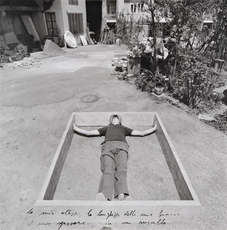 """Alpi marittime: La mia altezza, la lunghezza delle mie braccia, il mio spessore in un ruscello"""" (1968, serie fotografica)"""