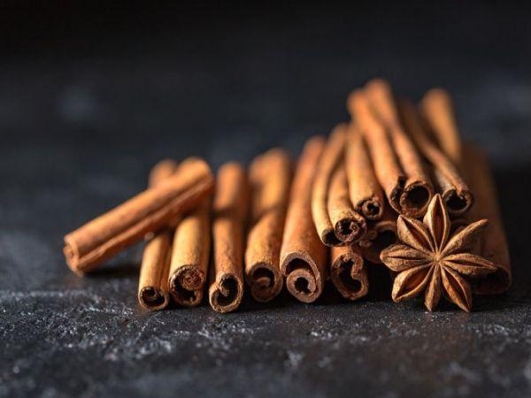 Zimtöl stellt eine Alternative zu Nelkenöl dar. Zimt ist seit Jahrhunderten ein Heilmittel und wirkt beispielsweise gegen Verdauungsstörungen wie Durchfall, Blähungen, Magenschmerzen. Darüber hinaus besitzt Zimt wie auch Nelkenöl, eine betäubende Wirkung. (Bildquelle: Pixabay.de / Daria-Yakovlevla)