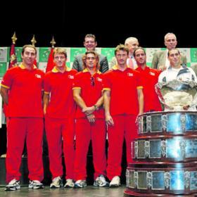 Los integrantes de ambos equipos con la protagonista en primer plano