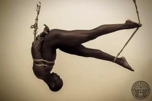 Homme attaché avec des cordes. Photographie de shibari.