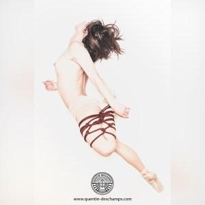une jeune femme à une cuisse attachée avec des cordes de shibari