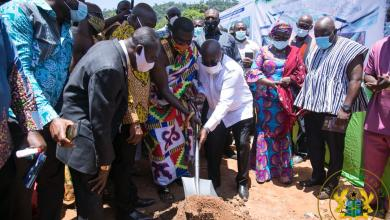 Photo of President Akufo-Addo cuts the sod for Nsukwao basin drainage and visits 1D1F project in Akropong