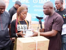 Comrade Umuakpo Ovie President, Isoko National Youth Assembly, INYA Presenting Starter Pack to one of the Beneficiaries