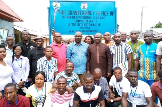 Hon Ferguson Onwo and Sir Itiako Ikpokpo flanked by first batch of Okpobrisi Sustainable Development Scheme