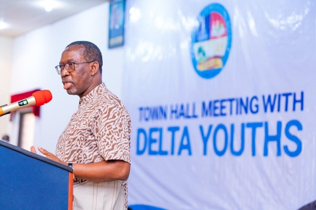 Delta Governor, Senator Ifeanyi Okowa addressing Youths of Delta North Senatorial District during a Town Hall Meeting with them at Unity Hall, Government House, Asaba on Friday, October 30, 2020 (Pix: twitter.com/iaokowa)