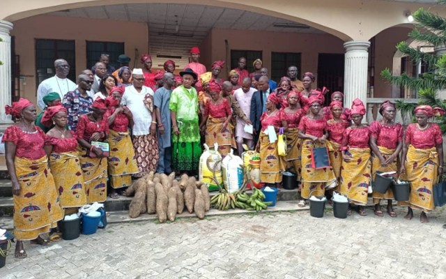 Evweya (Women) of Otefe-Oghara community with Rector of the Delta State Polytechnic, Otefe-Oghara, Prof Emmanuel Ogujor (Center on Hat) during an appreciation visit by the women to the Rector and school management on Wednesday, July 28, 2021.