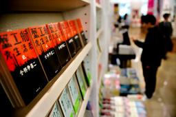 ずらりと並んだ「蟹工船」=東京都千代田区の丸善丸の内本店、東川哲也撮影(朝日新聞)