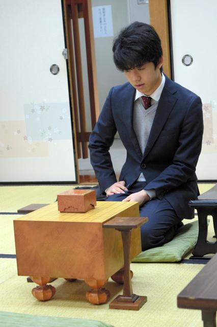 対局開始を待つ藤井聡太六段=大阪市の関西将棋会館、佐藤圭司撮影