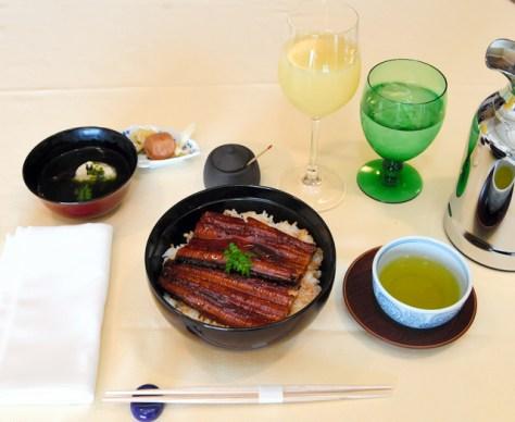 佐藤名人の昼食はうな丼=迫和義撮影