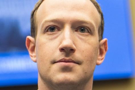 米議会下院の公聴会に臨むフェイスブックのザッカーバーグCEO=11日、ワシントン、ランハム裕子撮影