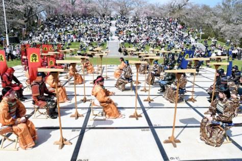 甲冑(かっちゅう)や着物姿の高校生が駒となった人間将棋=2018年4月21日午後1時54分、山形県天童市天童の舞鶴山