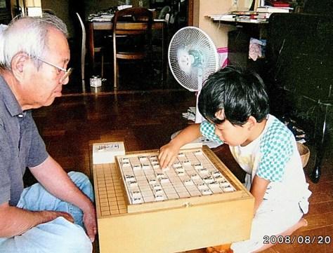 祖父の訓一さんと将棋を指す幼少期の藤井聡太六段=愛知県瀬戸市
