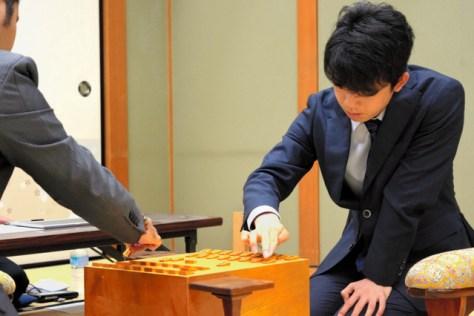 七段として最初の対局を前に、駒を並べる藤井聡太七段=大阪市の関西将棋会館