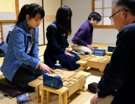 女流棋士をめざして指導を受ける女子生徒たち=2018年4月12日、愛知県一宮市