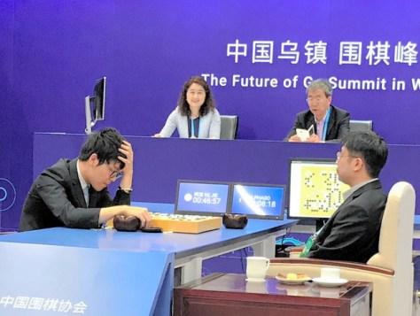 2017年5月、英ディープマインド社が開発した「アルファ碁」が世界最強と言われる中国の柯潔(かけつ)九段に2連勝し、世界に衝撃を与えた。左は終局後、頭を抱えて盤面を見つめる柯九段。右は「アルファ碁」の打ち手役=中国・烏鎮