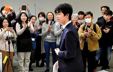佐藤天彦名人に勝った藤井聡太四段(当時)は、観戦したファンから拍手で祝福された=2018年1月、名古屋市東区