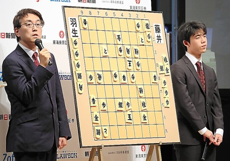 対局を終えた羽生善治竜王(左)と藤井聡太五段は、ステージ上で対局を振り返った(肩書は当時)=2018年2月