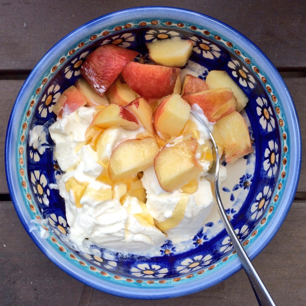 Peaches with Turkish yoghurt