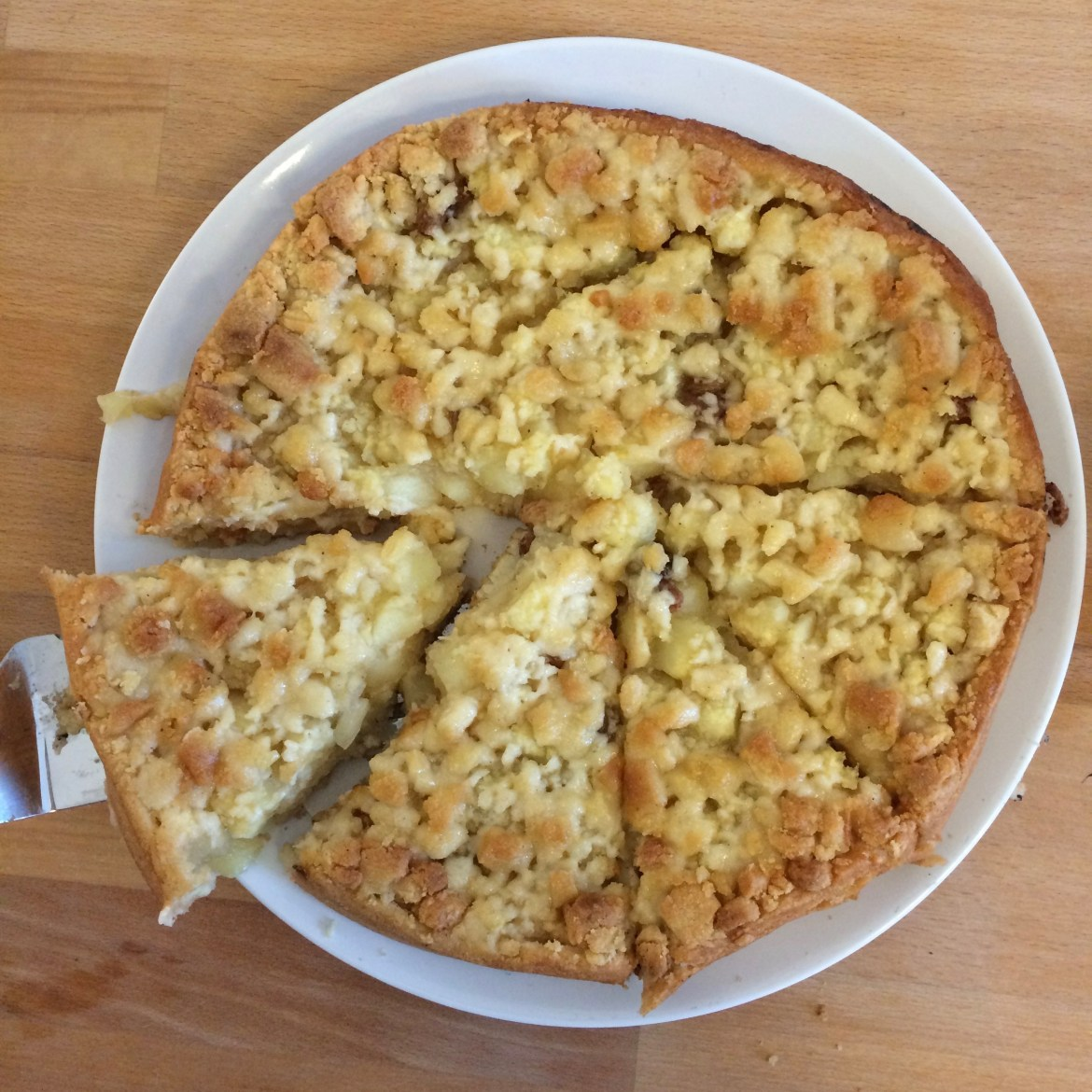 Apfelkuchen mit Streusel   apple cake with crumble (from above)