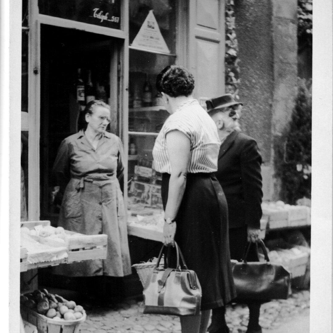 Marie Louise devant l'épicerie