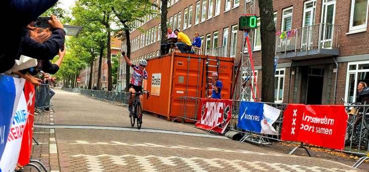 Caroline wint de Ronde van de Orteliusstraat