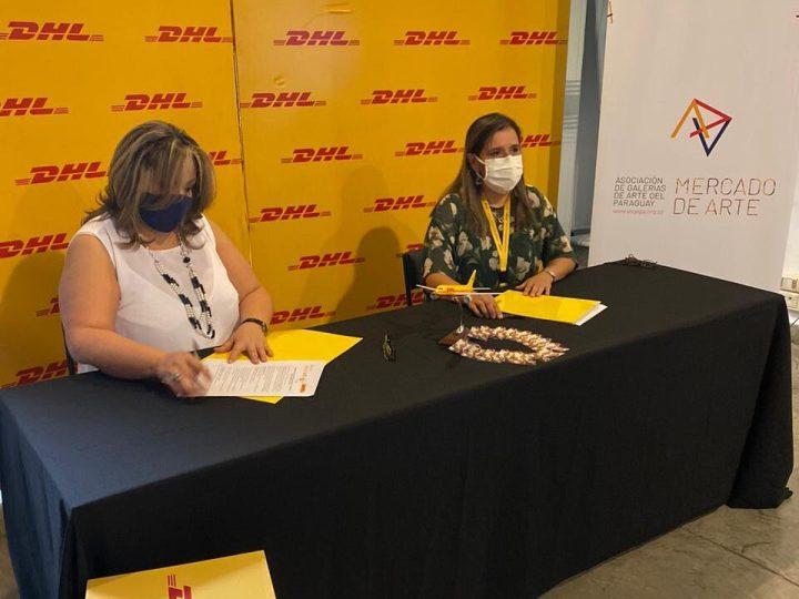 Lilian Ojeda, actual presidenta de ASGAPA, y Milva Bogado, gerente general de DHL Express durante la firma del convenio.
