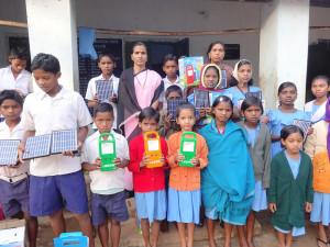 Freude über die neuen Solarlampen, Vivekananda Childrenhome, Kurtumgarh (Foto: Ashakiran)
