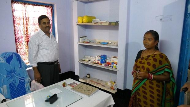 Die Krankenstation im Banabasi Seva Samiti Zentrum, Balliguda, der Leiter Herr Panda mit Krankenschwester (Foto: C.M.)