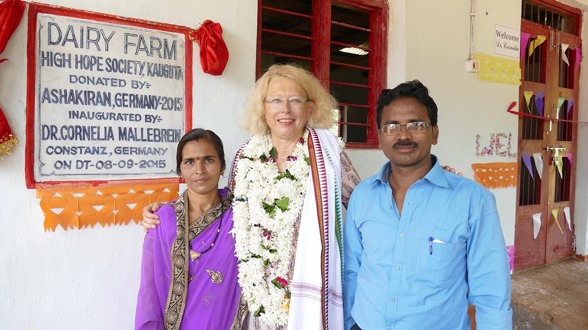 Gründer und Leiter des Vivekananda Childrenhome in Kurtumgarh, Frau Brabasini Mishra, Herr Lingaraj Pradhan mit Cornelia Mallebrein (Foto: Ashakiran)