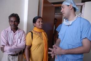 Dr. Sobhan Mishra aus Bhubaneswar hat die Kinder operiert, hier im Gespräch mit Eltern eines Kindes (Foto: C.M.)