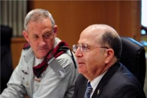 Le nouveau ministre de la Défense Moshe Ayalon accompagné du chef d'état-major