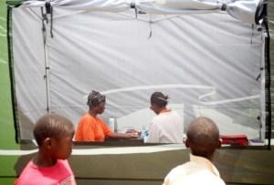 Une femme procède au dépistage du VIH, le 1er décembre 2010, pour le 22e journée mondiale du sida, en Afrique du Sud.