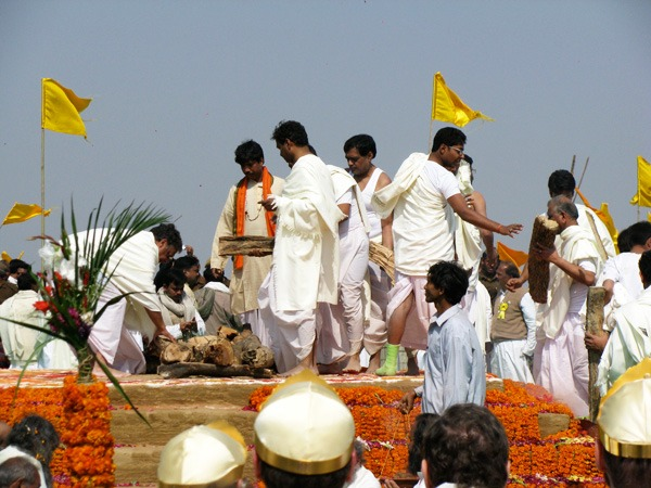 preparing-sandalwood-mahrishi-funeral