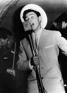 Il giovane Berlusconi si esibisce come cantante in una nave da crociera