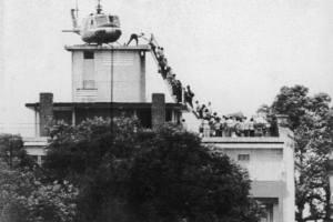 Evacuazione dal tetto del palazzo della CIA (non dell'ambasciata USA, come spesso viene scritto, erroneamente), al numero 22 di Via Lý Tự Trọng, Saigon, Vietnam, 29 aprile 1975.  Foto Hubert Van Es / UPI