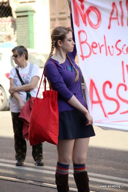 Ragazza alla manifestazione. Foto Alessio Fratticcioli