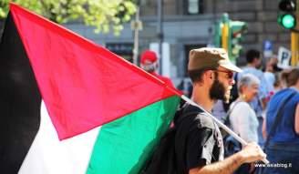 Ragazzo con bandiera palestinese. Foto Alessio Fratticcioli