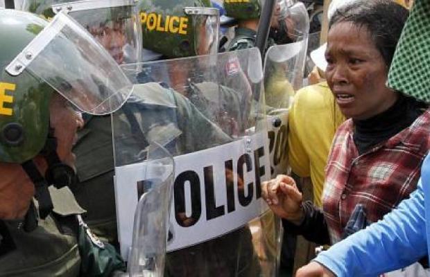 operai polizia cambogia