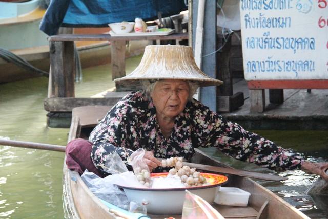 Donna. Amphawa, Thailandia. Foto Alessio Fratticcioli.