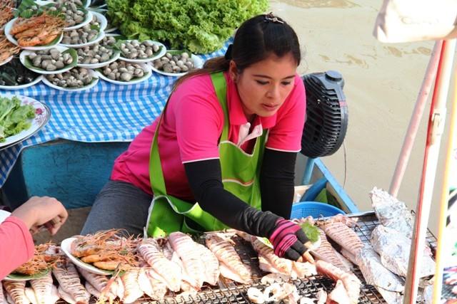 Ristorante galleggiante. Amphawa, Samut Songkram, Thailandia. Foto Alessio Fratticcioli