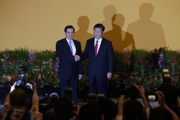 Cina-Taiwan: storica stretta di mano tra Xi Jinping e Ma Ying-jeou (foto Ansa)