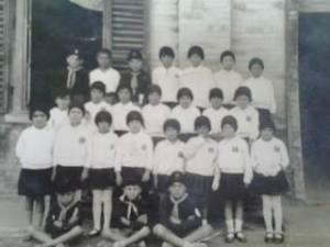 1927/8 - In questa vecchia e sfocata fotografia, il caro amico che me l'ha fatta avere, dice che sono ripresi sua madre e mio padre. Bambini a scuola in divisa, Balilla e Figlie della Lupa.
