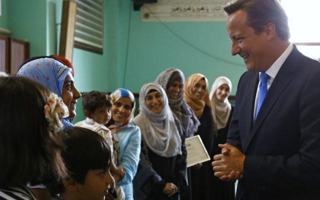 David Cameron parla con giovani donne di religione musulmana. Foto Getty