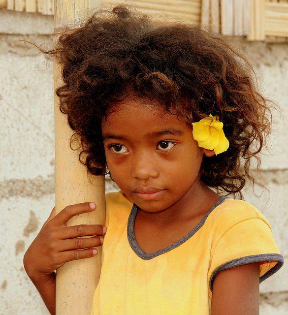 Bambina di etnia Maniq nel sud della Thailandia