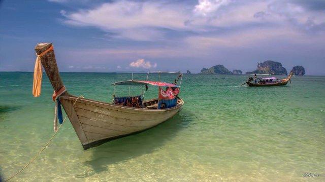 Imbarcazioni turistiche sulla costa thailandese. Sala Dan, 2008, Roberto Saltori - Flickr