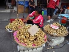 Langsat in vendita al mercato in Thailandia