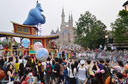 Visitatori nel giorno d'apertura di Disneyland Shanghai, 18 giugno 2016. Foto Kyodo News / Getty