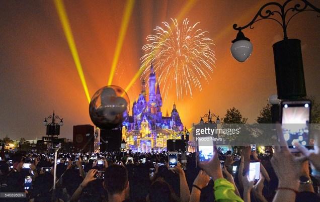 Fuochi d'artificio a Disneyland Shanghai, 18 giugno 2016. Foto Kyodo News / Getty